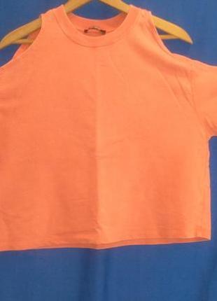 Красивая оранжевая  футболка с открытыми  плечами