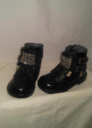 Очень красивые  фирменные ботиночки для маленькой супер принце...