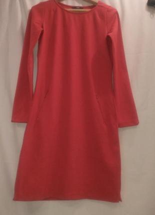 Красивое ярко красного цвета платье