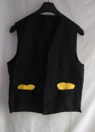 Мужская классная жилетка черна спереди с атласным рисунком