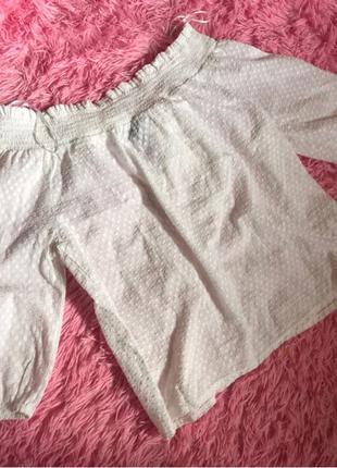 Белая блуза со спущенными плечами