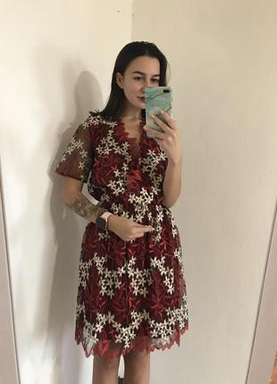 Вышитое платье с имитацией запаха