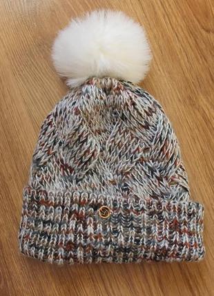 Красочная теплая шапка с помпоном на зиму