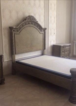 Спальня, кровать, две тумбочки