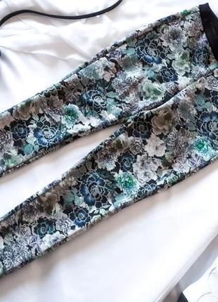 Брюки reserved со стрелками из плотной стрейчевой ткани в цвет...