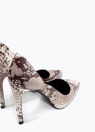 Кожанные туфли-лодочки под кожу питона ,каблук zara