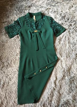 Платье футляр с коротким рукавом изумрудное с кружевом  sensiline