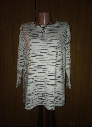 Модный свитерок с большими разрезами по боках и удлиненной спи...