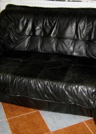 Диван и два кресла кожаные.