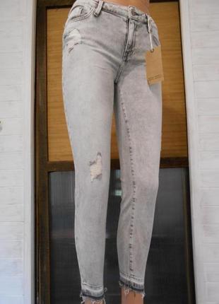 Супер красивые узкие,рваные  и мягкие джинсы s-ка