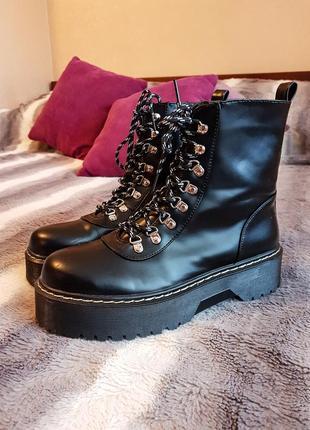 Ботинки со шнуровкой на толстой подошве