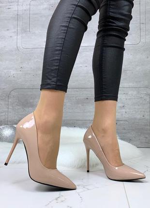 Шикарные лаковые туфли лодочки бежевого цвета