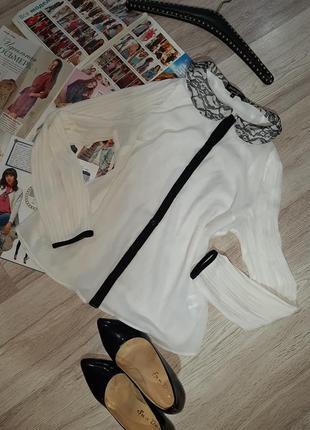 Белая блузка с черным ажурным воротником