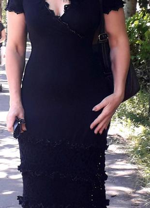 Черное платье декорированное кружевом ручной работы
