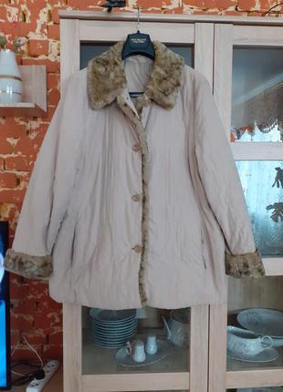 Стеганная с меховым воротнико и манжетами куртка с карманами б...