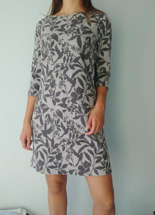 Серое платье с цветочным принтом
