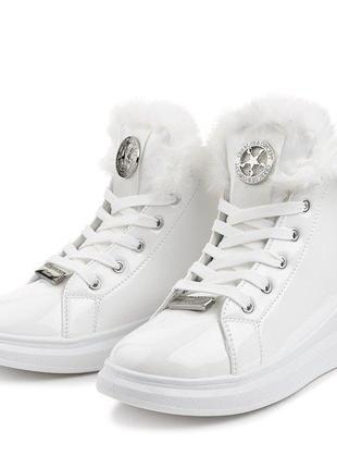 Женские зимние белые лаковые ботинки с опушкой на низком ходу