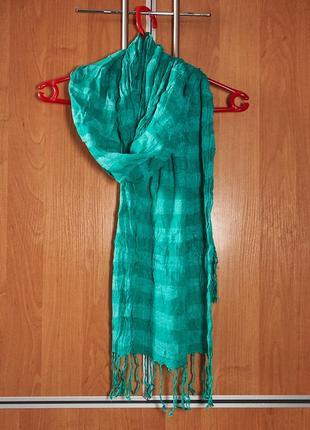 Яркий зеленый женский шарф.