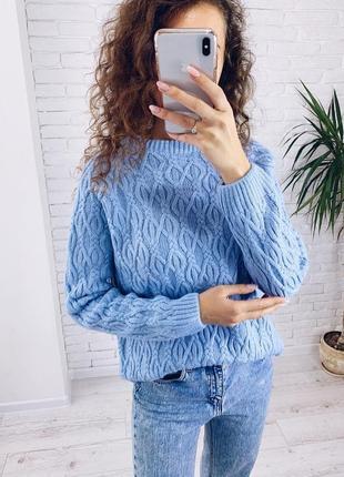 Теплый уютный свитер с косами