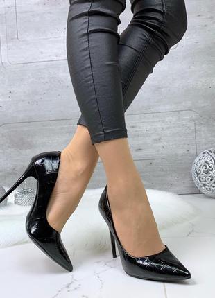 Шикарные черные лаковые туфли на шпильке