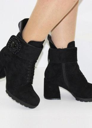 Женские зимние замшевые черные ботинки ботильоны с декором на ...
