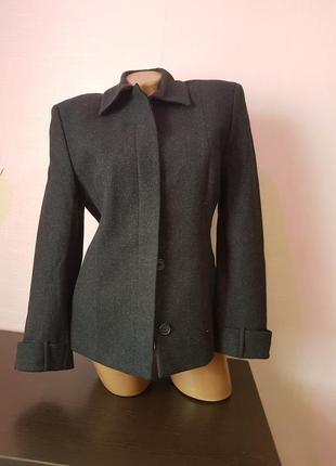 Стильное женское шерстяное пальто на подкладке.
