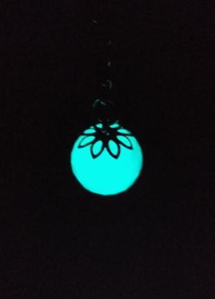 Светится в темноте-шарик с гранями.