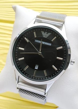 Наручные часы серебристого цвета с черным циферблатом, на магните