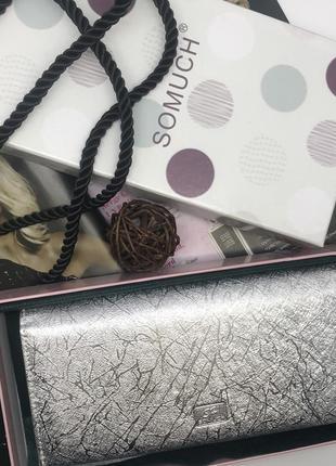 Женский кошелек серебряного цвета.