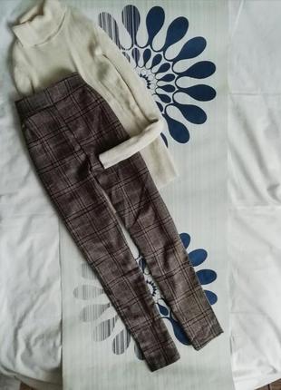 Коричневые классические брюки в клетку завышенной талией на вы...