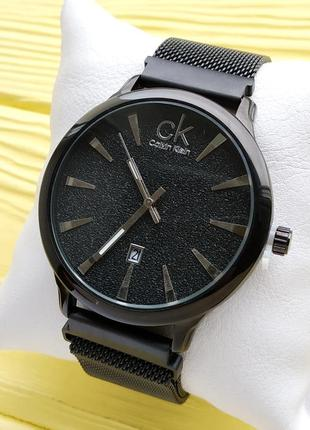 Женские наручные часы черного цвета с вкраплениями на циферблате