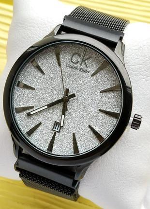 Женские наручные часы черного цвета со светлым циферблатом с б...