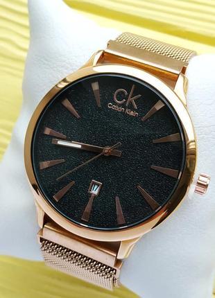 Женские наручные часы золотого цвета с черным циферблатом в бл...