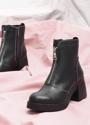 Демисезонные ботинки на большом каблуке