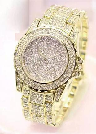 Шикарные женские наручные часы в камнях золотистые