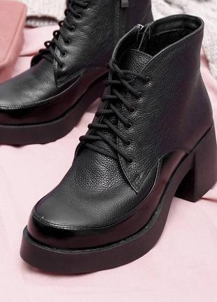 Женские кожаные ботинки на массивном каблуке