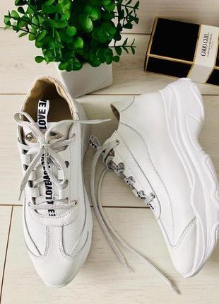 Белые кроссовки женские