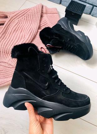 Женские зимние черные ботинки из нубука на массивной подошве