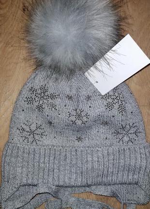 Серая зимняя шапка со стразами