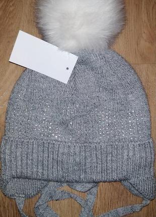Зимняя шапка украшена стразами