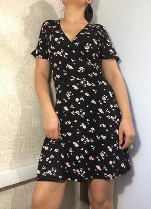 Черное платье в цветочный принт
