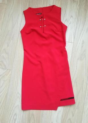 Красивое красное платье, прямое, без рукавов