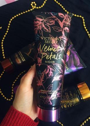 Увлажняющий парфюмированный лосьон для тела velvet petals noir...