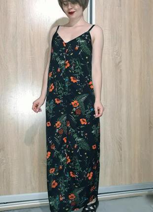 Новогоднее платье в пол на тонких бретельках с разрезом в цвет...