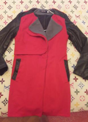 Красное пальто с кожаными рукавами