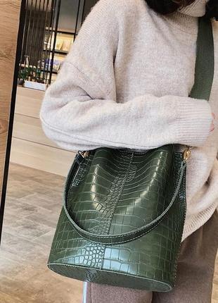 Сумка женская большая сумка мешок под рептилию на ремне зеленая