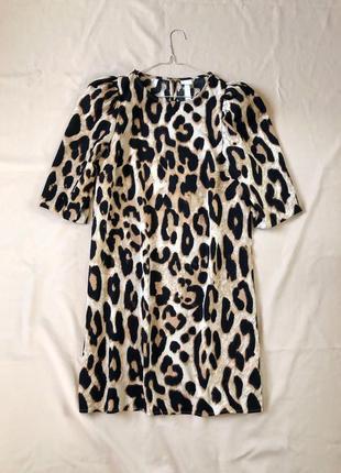 Платье прямого кроя в лео принт с объёмными рукавами