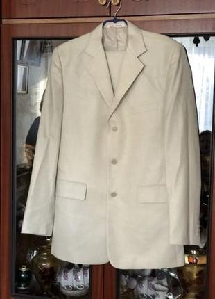 Продам мужской костюм молочного цвета
