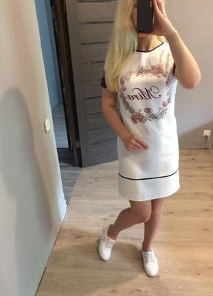Белое прямое платье с принтом и кружевными рукавами