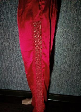 Красные брюки с кружевом.